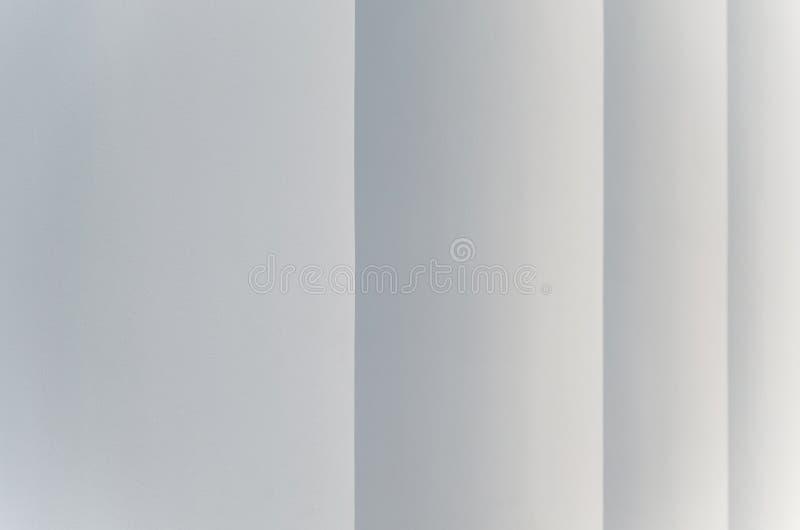 Fond abstrait gris-clair avec les rayures verticales qui effilent dans la perspective comme étapes photographie stock libre de droits