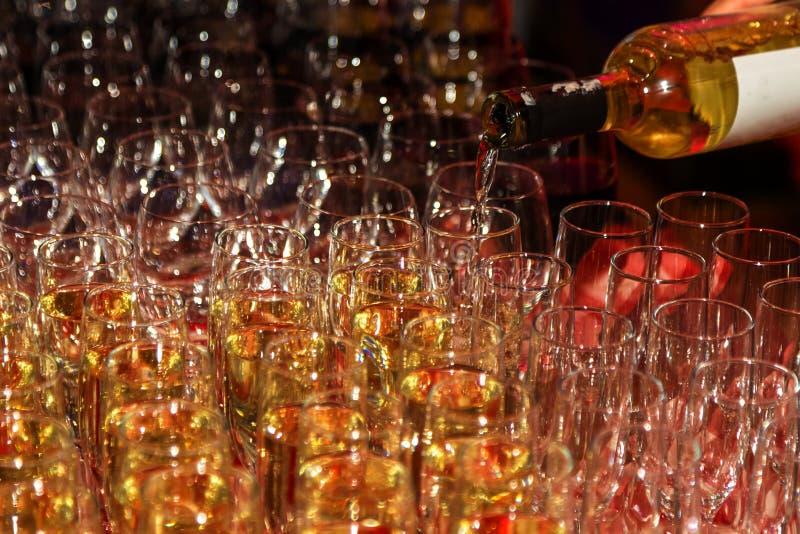 Fond abstrait lumineux des gobelets en verre avec du vin B peu commun photographie stock