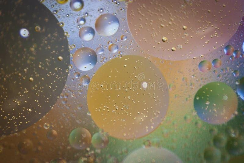 Fond abstrait obtenu à partir de différents types des liquides et d'eau images stock