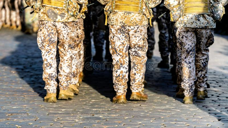 Fond abstrait sur le th?me militaire Rang de soldat, jambes, plan rapproch? blanc d'isolement de vue arri?re - Image photos stock