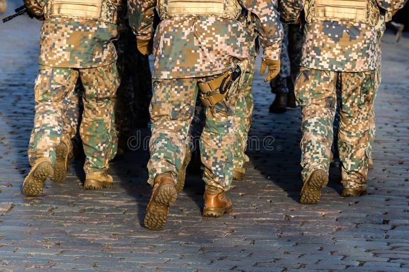 Fond abstrait sur le th?me militaire Rang de soldat, jambes, plan rapproch? blanc d'isolement de vue arri?re - Image photographie stock