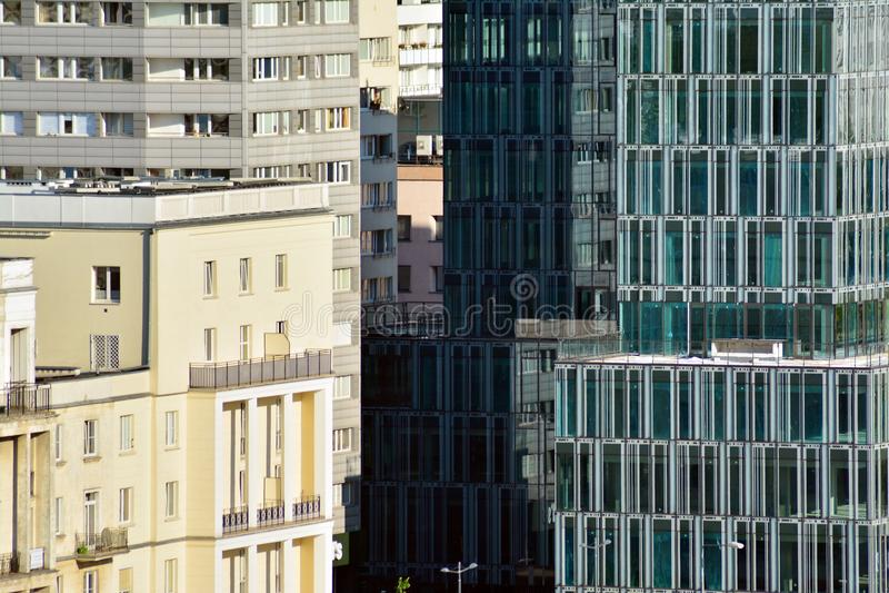 Fond abstrait urbain, détail de façade en verre moderne, bâtiment d'affaires de bureau photos stock