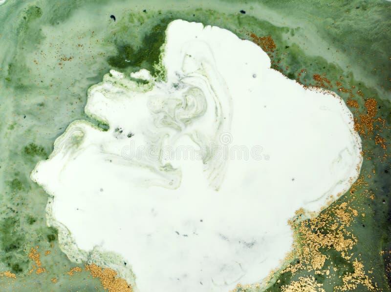 Fond abstrait vert et d'or marbré Modèle de marbre liquide photographie stock