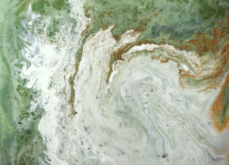 Fond abstrait vert et d'or marbré Modèle de marbre liquide photos stock