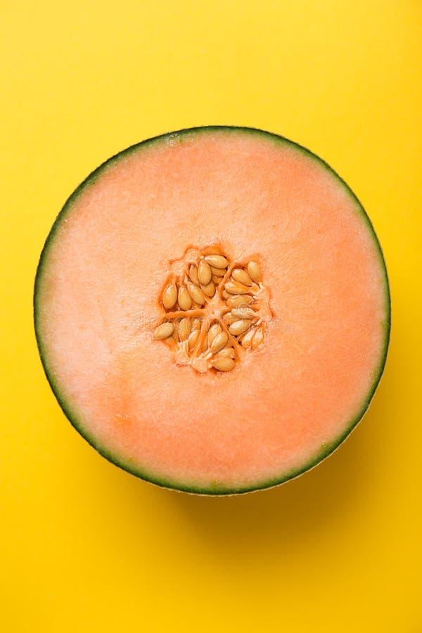 Fond appétissant jaune frais savoureux de pastel de melon de coupe image libre de droits