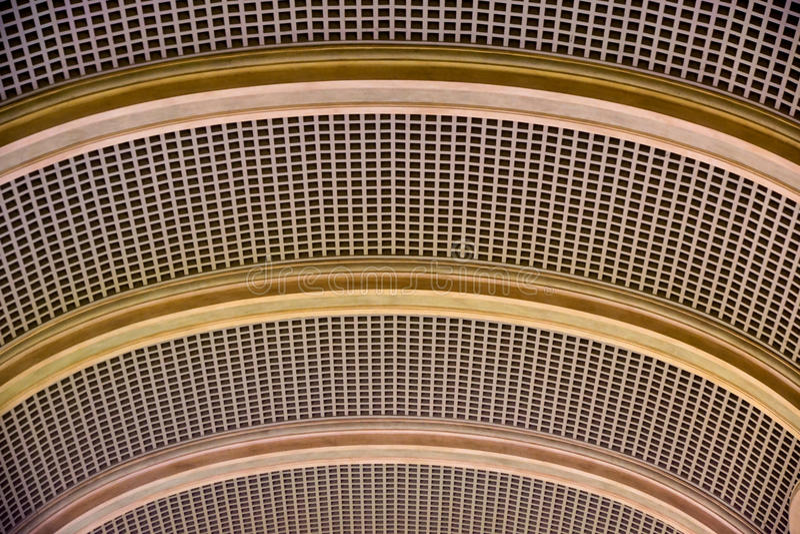 Fond architectural Un béton blanc moderne a arqué le plafond dans la perspective Les mêmes formes semi-circulaires photos stock