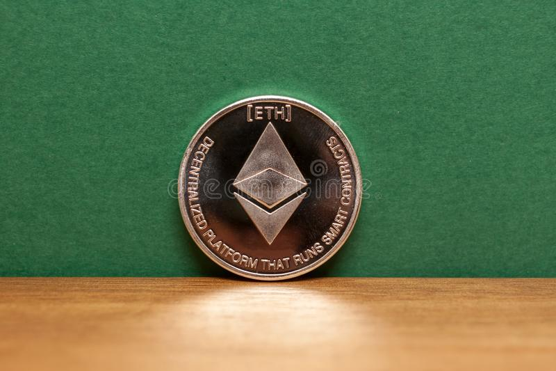 Fond argenté de vert de pièce de monnaie d'ethereum photographie stock libre de droits