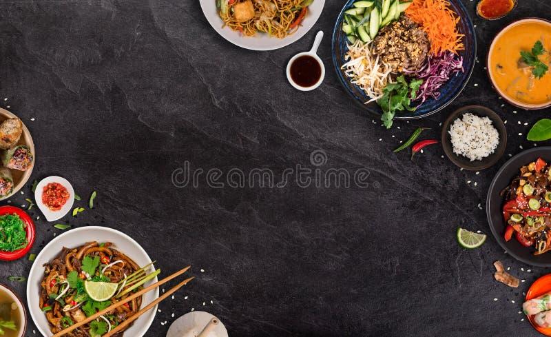 Fond asiatique de nourriture avec de divers ingr?dients sur le fond en pierre rustique, vue sup?rieure photo stock