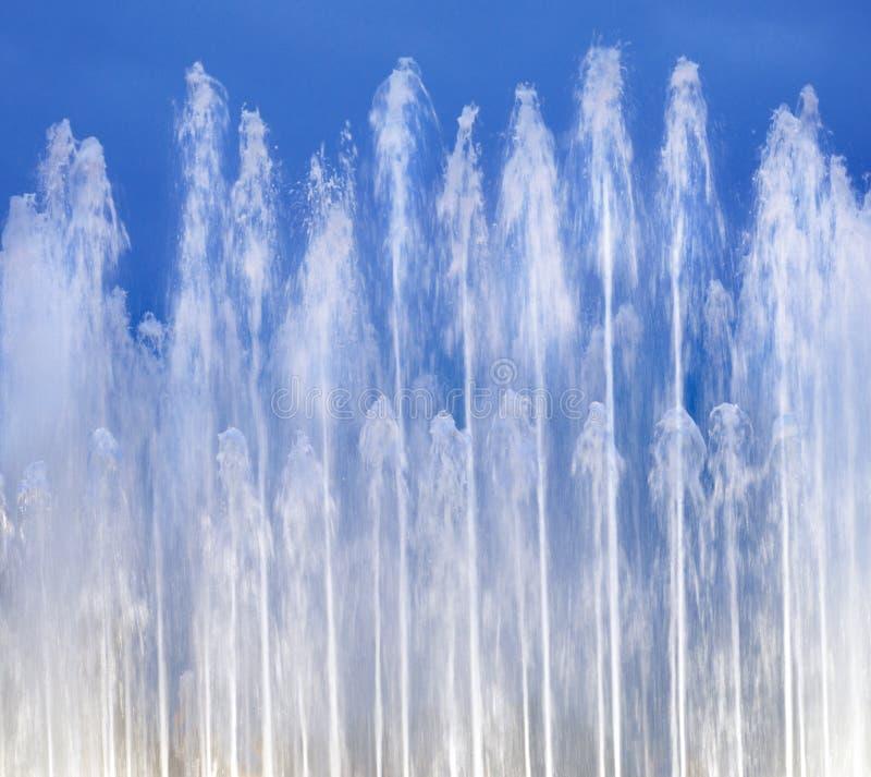 Fontaine sur le ciel bleu photo libre de droits