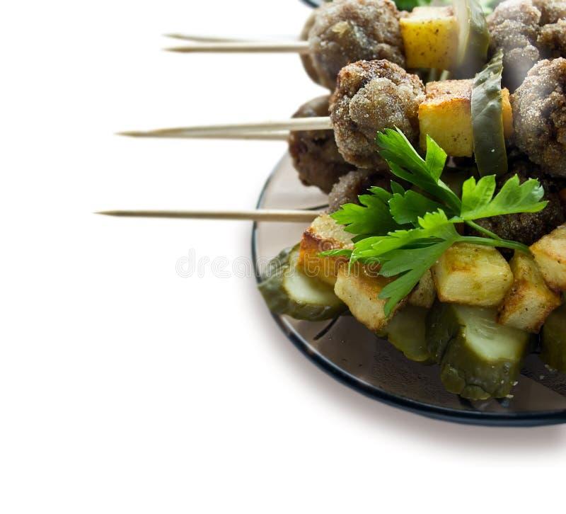 Fond avec des boulettes de viande de rôti sur des brochettes photographie stock libre de droits