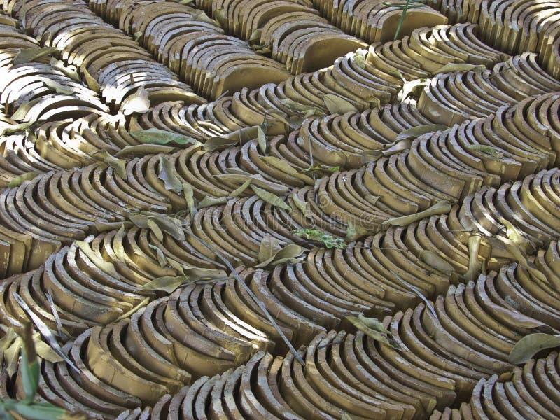 Fond avec des piles de tuiles disposées symétriquement photos stock