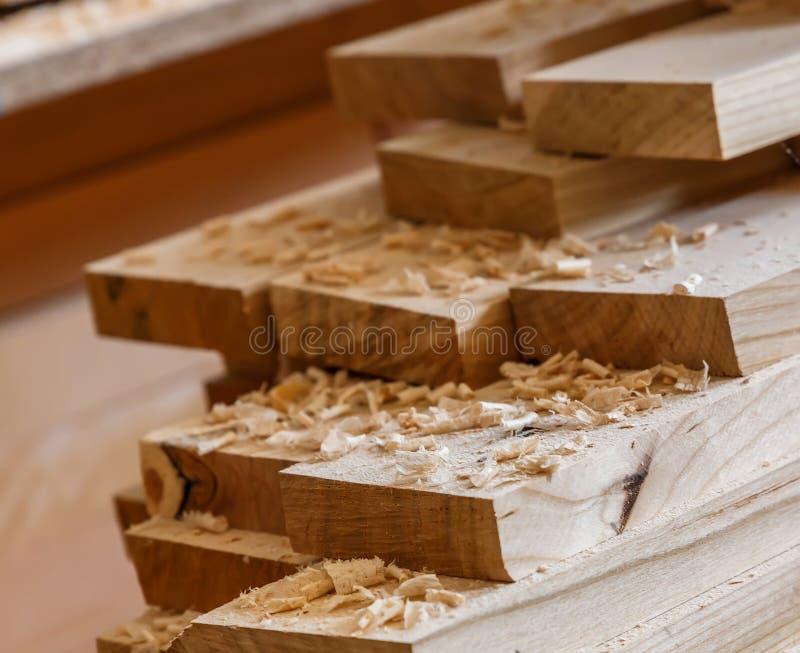 Fond avec des planches des copeaux en bois matériau de construction en bois pour le fond et la texture traitement de bois Travail image libre de droits