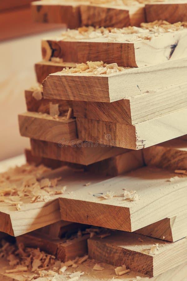 Fond avec des planches des copeaux en bois matériau de construction en bois pour le fond et la texture traitement de bois Travail images stock