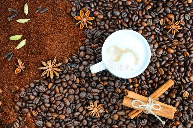 Fond avec du café Vue supérieure de cafè rôti et moulu à un fond entier et non à la terre de grains de café photographie stock libre de droits