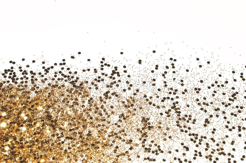 Fond avec l'étincelle de scintillement d'or sur les paillettes blanches et décoratives photo libre de droits