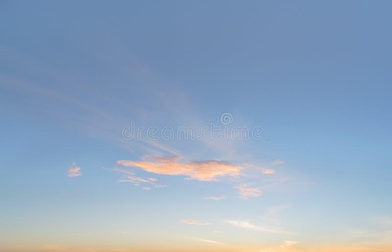 Fond avec la magie du ciel et des nuages à la partie 22 d'aube et de crépuscule images stock