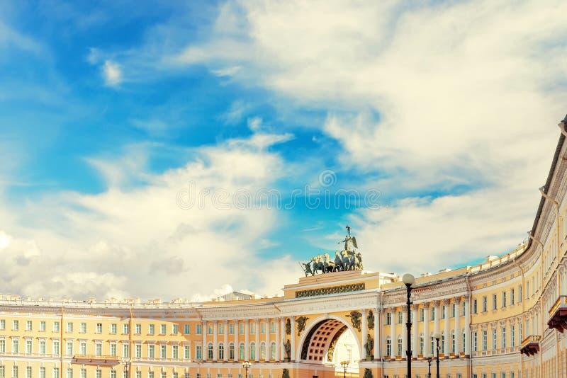Fond avec le bâtiment d'état-major à St Petersburg, Russie image libre de droits
