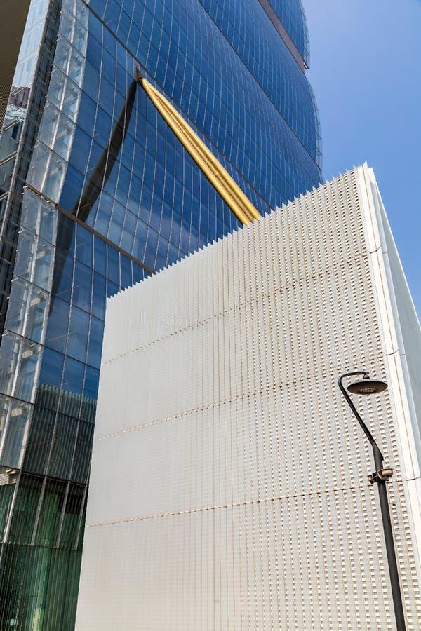 Fond avec le détail de façade du bâtiment architectonique de bureau futuriste photos libres de droits