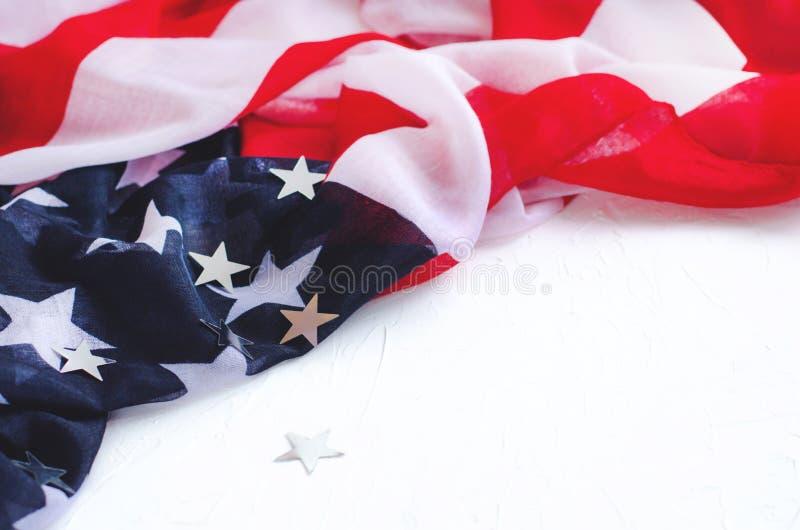 Fond avec le drapeau de l'Am?rique et des ?toiles brillantes sur un fond blanc photos libres de droits
