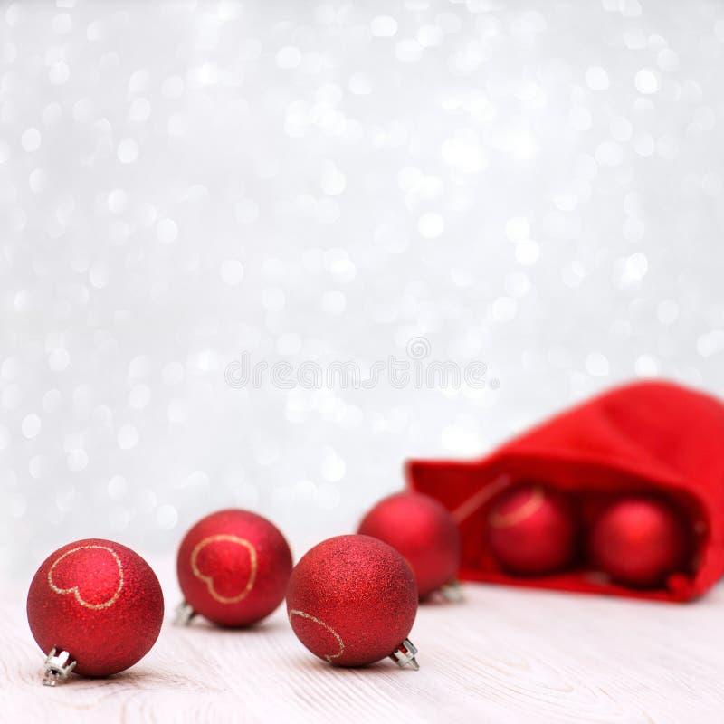 Fond avec le rouge et les boules de Noël d'or photos libres de droits