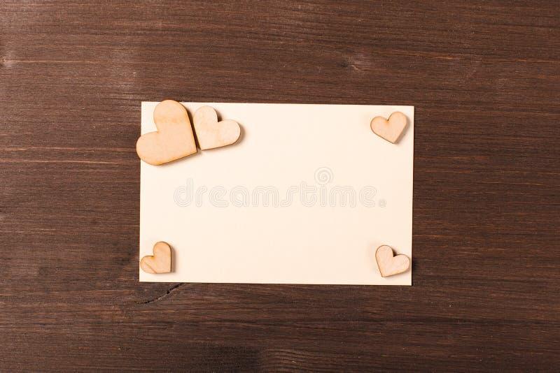 Fond avec les coeurs en bois image stock