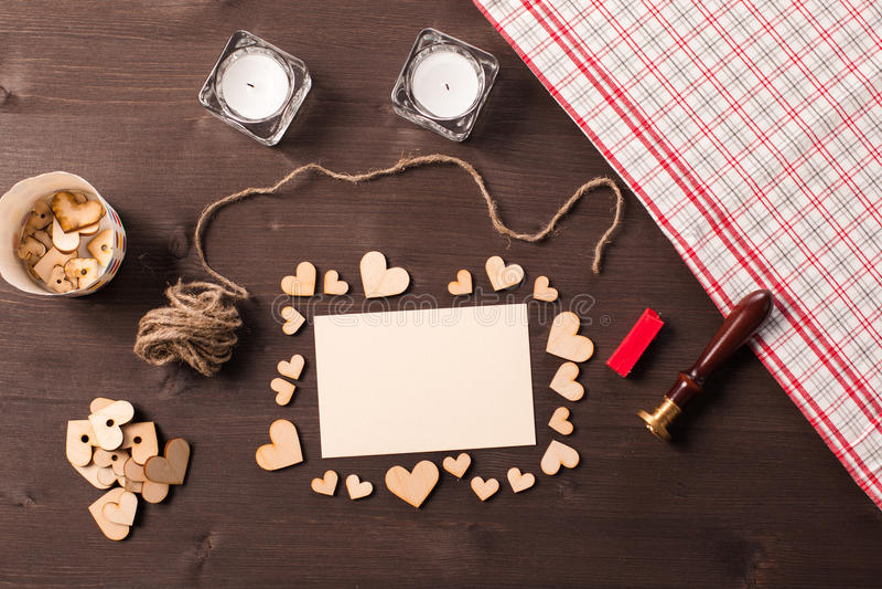 Fond avec les coeurs en bois image libre de droits