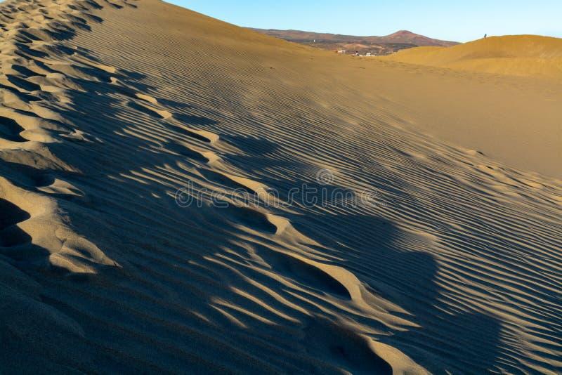 Fond avec les vagues dunaires arénacées texture et les empreintes de pas sur le sable, fin, l'espace de copie image stock