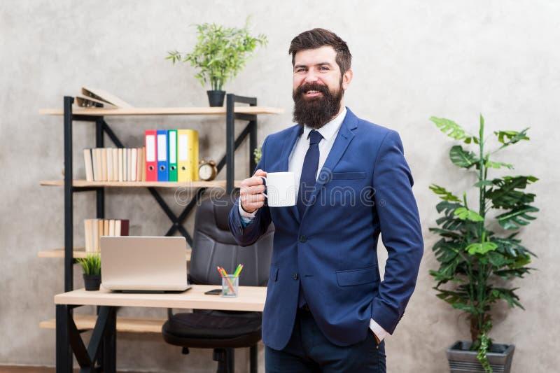 Fond barbu de bureau de support de tasse de café de prise d'homme d'affaires d'homme Coupure de détente potable de café Patron ap photos libres de droits