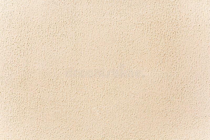 Fond beige de stuc Mur lumineux allumé par le soleil photographie stock libre de droits