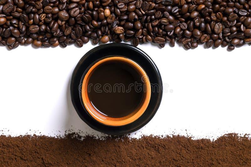 Fond blanc avec la tasse de cafè de café, de grain de café et moulu dessus ci-dessous et en haut photos libres de droits