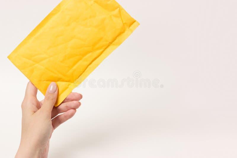 Fond blanc de l'OM de petit colis postal jaune photo stock