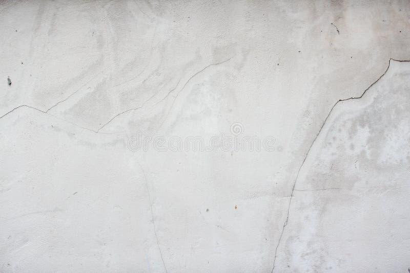 Fond blanc de mur de stuc Texture peinte blanche de mur de ciment, façade de construction minable avec endommagé photo libre de droits