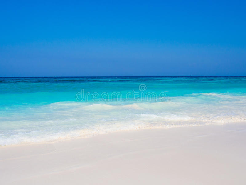 Fond blanc de plage de sable image libre de droits