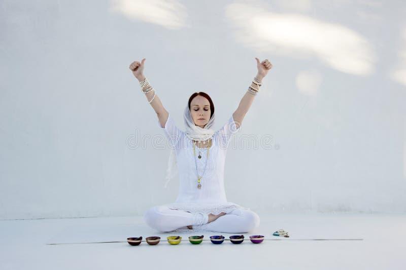 Fond blanc de Shakti Sound Bowl Yoga Woman images libres de droits