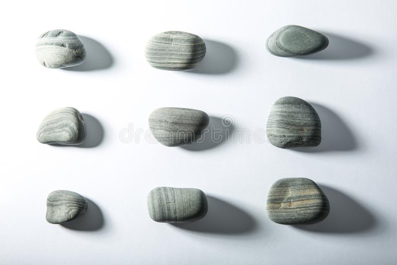 Fond blanc des pierres lisses de mer images stock
