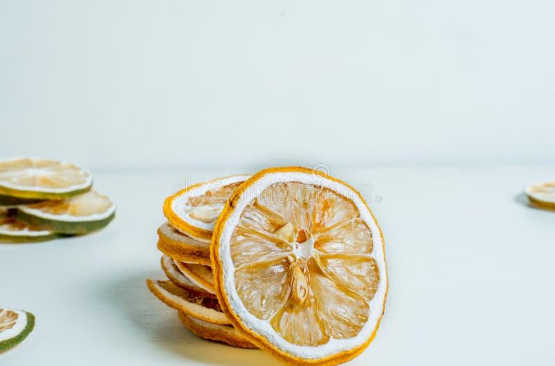 Fond blanc ensemble empilé par tranche sec de citron Fermez-vous vers le haut du tir image stock