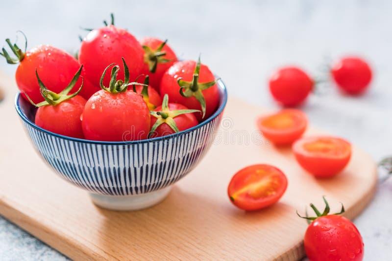 Fond blanc frais de Cherry Tomatoes One Night Under image libre de droits