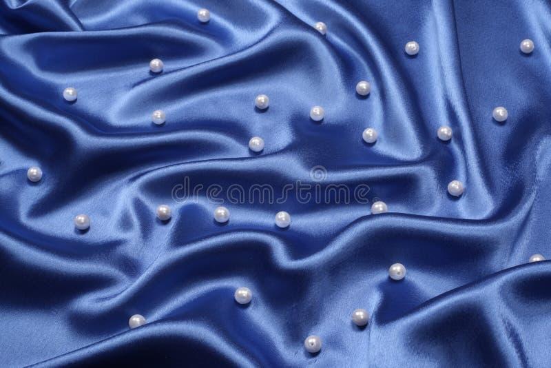 Fond bleu avec des perles images stock
