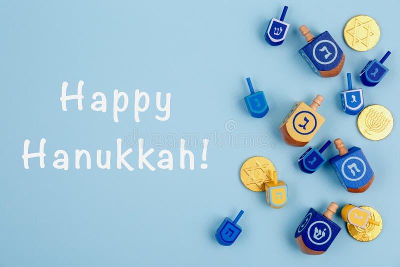 Fond bleu avec des rêves multicolores et des pièces de chocolat et une expression de Happy Hanukkah Hanoukka et fête juive images stock