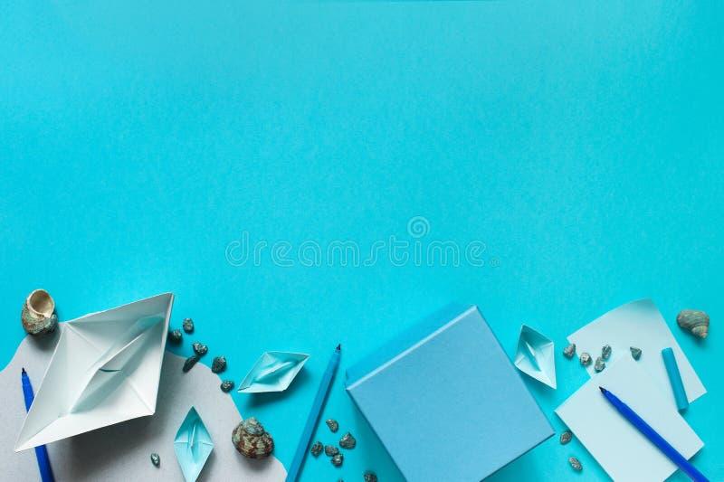 Fond bleu avec les bateaux de papier pour des enfants photographie stock