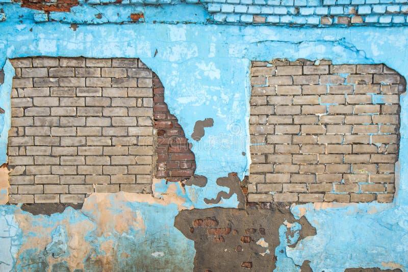 Fond bleu déchiré de mur de vieille brique images stock