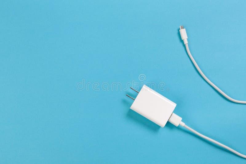 Fond bleu d'ob micro de câbles d'USB Connecteurs et prises pour l'image de PC et de dispositifs mobiles photographie stock libre de droits