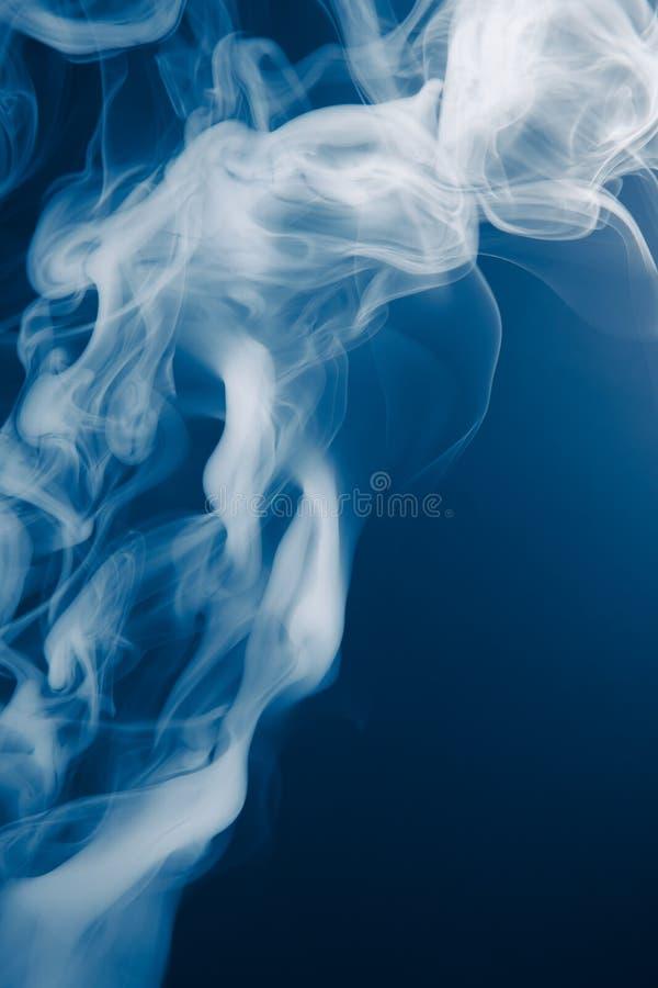 Fond bleu de fumée images libres de droits