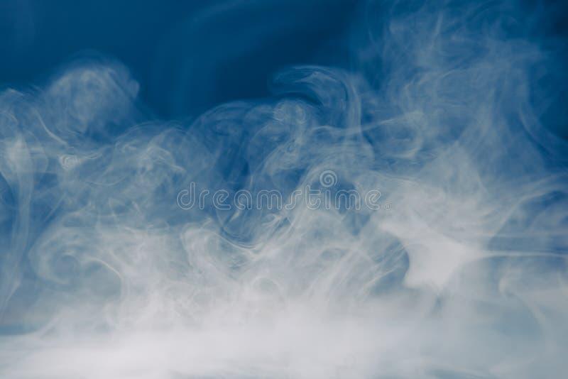 Fond bleu de fumée et brouillard dense images stock