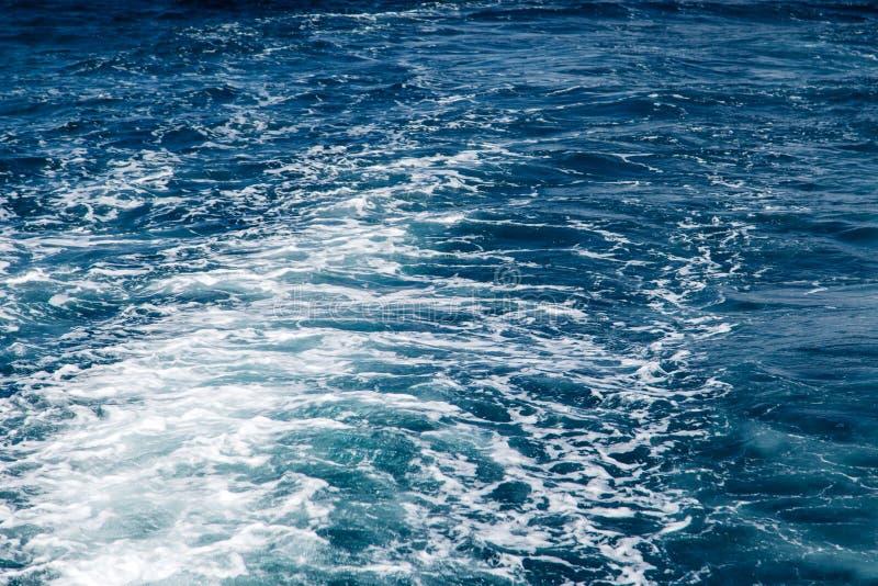Fond bleu de mer avec des ondes images libres de droits