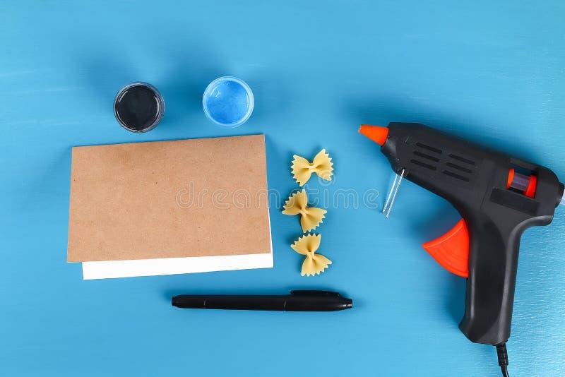 Fond bleu de noeud papillon de forme de pâtes de fête des pères de carte de voeux de Diy Idée de cadeau, fête des pères de décor, photographie stock