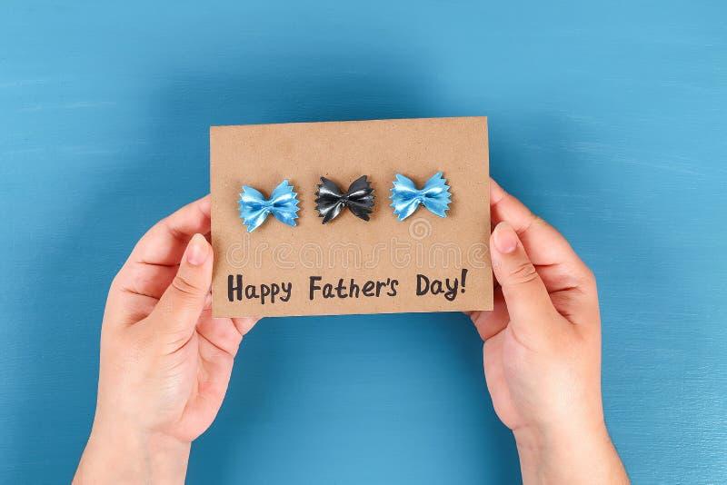 Fond bleu de noeud papillon de forme de p?tes de f?te des p?res de carte de voeux de Diy Id?e de cadeau, f?te des p?res de d?cor, image stock