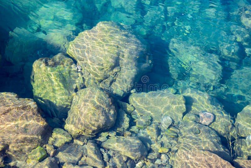 Fond bleu de texture d'eau de mer, pierres sous-marines image libre de droits