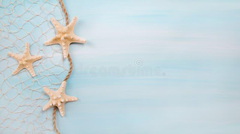 Fond bleu de turquoise avec des étoiles de mer ou des coquilles image libre de droits