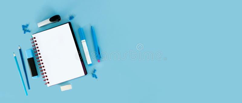 Fond bleu et fournitures scolaires bleues De nouveau à l'école l plat image libre de droits